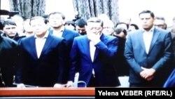 Бывший премьер-министр Казахстана Серик Ахметов (в центре) слушает приговор по своему уголовному делу. Караганда, 11 декабря 2015 года.