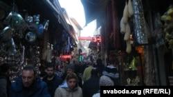 Гандлёвая вуліца ў турыстычным раёне Стамбула