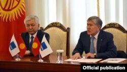 Лидер фракции СДПК Иса Омуркулов на встрече с действовавшим на тот момент президентом Алмазбеком Атамбаевым. 16 апреля 2018 года.