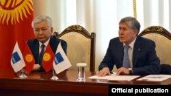 Депутат Иса Өмүркулов мурдагы президент Алмазбек Атамбаев менен.