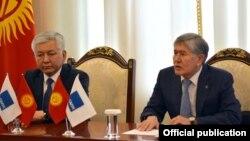 Кыргызский политик Иса Омуркулов (слева) и экс-президент Кыргызстана, глава СДПК Алмазбек Атамбаев.