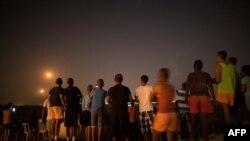 ساکنان شهر سدروت شنبه شب ۱۲ ژوییه بر فراز تپهای که مشرف به نوار غزه است، درگیریها را تماشا میکنند.
