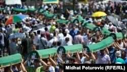 Масове захоронення жертв різанини в Сребрениці. Потокарі, Боснія та Герцеговина, 11 липня 2016 року