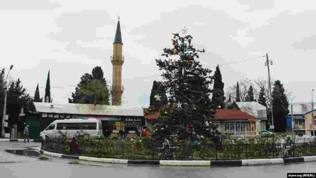 В центре Симеиза нарядили елку по случаю Нового года