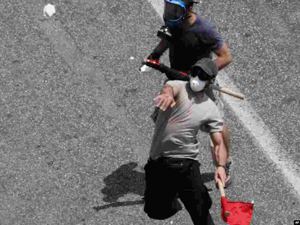 Demonstrații de protest împotriva planului de austeritate la Atena. Photo by Dimitri Messinis for AP.