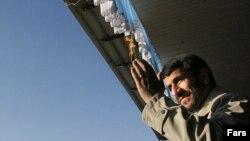 احمدی نژاد : «در دهه فجر جشن بزرگ هستهای را برپا میکنيم که اين به مدد ايستادگی شما ملت بزرگ و جوانان و ايثارگران است.»