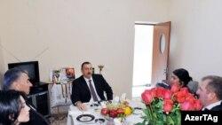 Prezident İlham Əliyev Goranboyda məcburi köçkünlər üçün salınan yeni qəsəbənin açılışında, 20 noyabr 2009