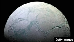 Энцелада, Сатург серіктерінің бірі (Көрнекі сурет).