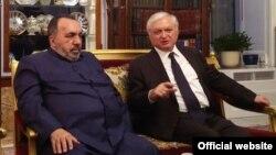 Армянский патриарх Иерусалима архиепископ Нурхан Манукян (слева) и глава МИД Армении Эдвард Налбандян, Иерусалим, 6 ноября 2017 г.