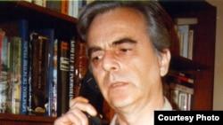 Prof. Alexandru Călinescu, vorbind la RFE