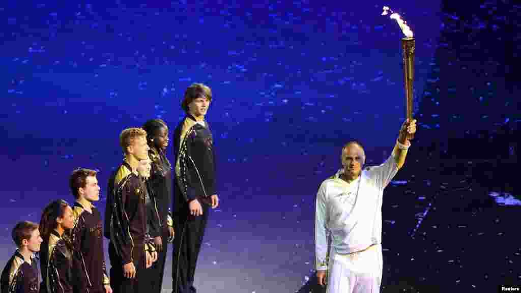 Стив Рэдгрейв несет олимпийский огонь