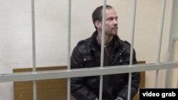 Один из заявителей - Ильдар Дадин в суде. Он был осужден за за несколько административных задержаний на митингах