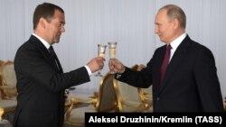 Премьер-министр РФ Дмитрий Медведев и президент Владимир Путин, архивное фото