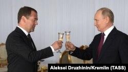 Дмитрий Медведев и Владимир Путин на торжественном приеме в Кремле 12 июня 2019