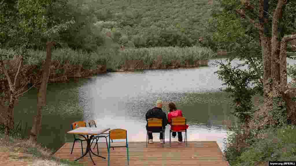 А на берегу есть места, где можно посидеть в тишине вдали от любителей активного отдыха