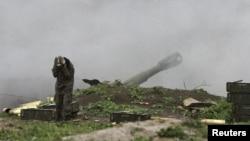 Артиллерия самопровозглашенной Нагорно-Карабахской республики ведет огонь по позициям азербайджанской армии вблизи города Мартакерт. 3 апреля