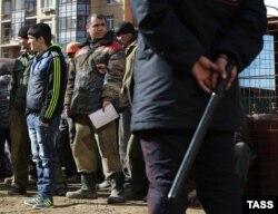 Задержанные сотрудниками Федеральной миграционной службы трудовые мигранты. Москва, 8 апреля 2014 года.