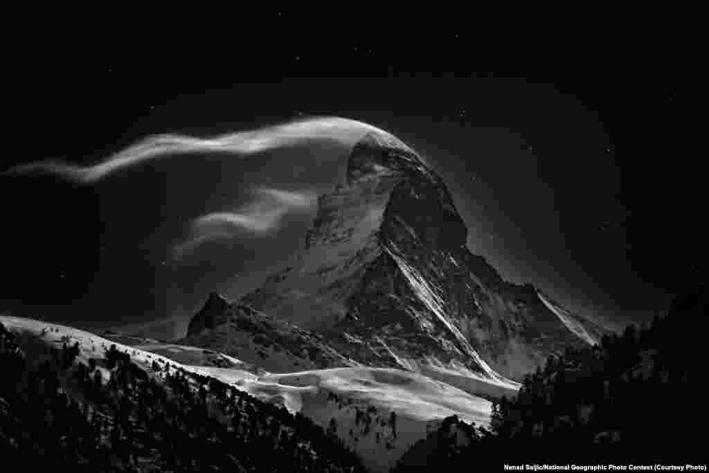 Primul loc la categoria LOCURI: Matterhorn (Zermatt, Elvetia) - Matterhorn, 4478 de metri, de lună plină. (Fotograf Nenad Saljic)