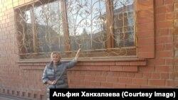 Альфия у окна, через которое к ним в дом вломилась полиция