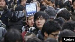 """Duke pritur në rradhë për të """"grabitur"""" iPad-in e ri..."""