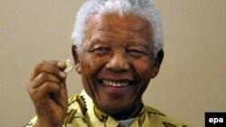 Бывший президент Южно-Африканской республики Нельсон Мандела в день своего 90-летия. Йоханнесбург, 7 июля 2008 года.