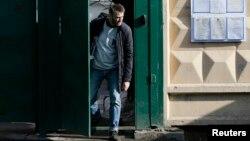 Навальный жаза мөөнөтүн өтөп, камактан чыгып келатат. 6-март, 2015-жыл. Москва.