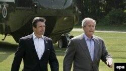 Президент Джордж Буш, вместе с датским премьером Фогом Расмусеном, отвечает на вопросы журналистов