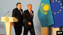 Председатель Еврокомиссии Жозе Мануэл Баррозу (слева) и президент Казахстана Нурсултан Назарбаев (справа) во время встречи в Астане. 3 июня 2013 года.