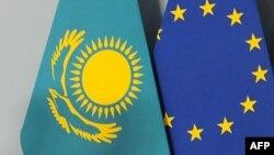 Флаги Казахстана и Евросоюза.