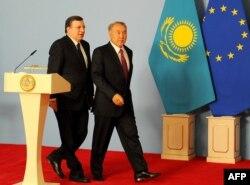 Президент Еврокомиссии Хосе Мануэл Барозу рядом с президентом Казахстана Нурсултаном Назарбаевым. Астана, 3 июня 2013 года.