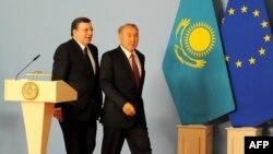 Председатель Европейской комиссии Мануэл Баррозу (слева) и призидент Казахстана Нурсултан Назарбаев. Астана, 3 июня 2013 года.