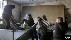Українські бійці готують набої для БМП (бойової машини піхоти). Село Піски під Донецьком, 3 грудня 2014 року