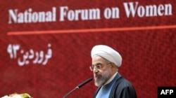 Иран президенті Хассан Роухани Ұлттық әйелдер форумында сөйлеп тұр. Тегеран, 20 сәуір 2014 жыл.