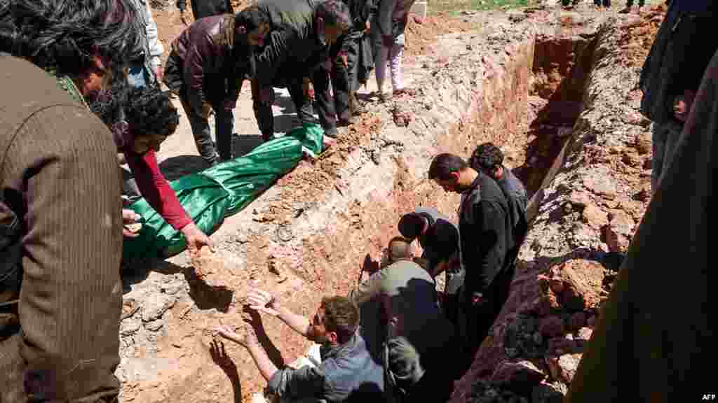 Похороны жертв химической атаки.
