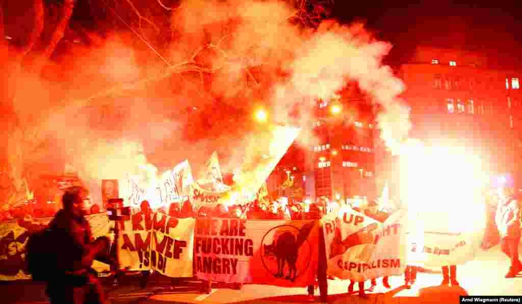 ШВАЈЦАРИЈА - Илјадници луѓе учествуваа на протестите во Цирих против посетата на американскиот претседател Доналд Трамп на Швајцарија за да учествува на годинашниот состанок на Светскиот економски форум. Протести имаше и во Давос.