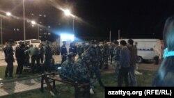 """Полицейские на территории торгового центра """"Прайм плаза"""". Алматы, 31 августа 2013 года."""