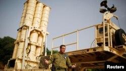 Izrael -- Koloneli Zvika Haimovich i forcave mbrojtëse ajrore izraelite qëndron para sistemit raketor mbrojtës Arrow II (Ilustrim)