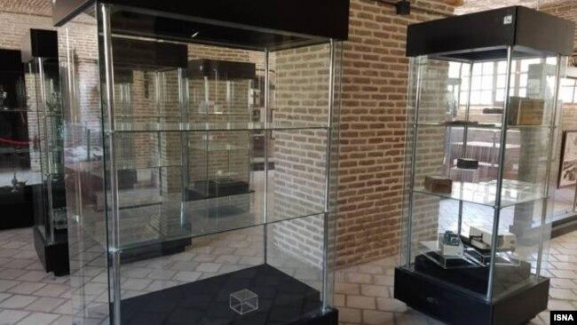 عکس منتشرشده از ویترینهای خالی موزه پس از سرقت