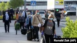 Pasageri români în aeroportul din Viena, Austria