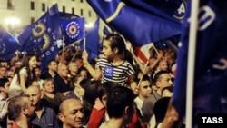 """Сторонники оппозиционной коалиции """"Грузинская мечта"""" празднуют победу на парламентских выборах. Тбилиси, 2 октября 2012 года."""