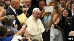 Папа рымскі Францішак сярод вернікаў у Ватыкане