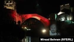 Stari most u Mostaru osvijetljen 11. januara likom Predraga Lucića