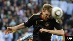 Неміс футболшысы Пер Мертесекер (бойы 198 см) 2010 жылғы әлем чемпионатында. Кейптаун, 3 шілде 2010 жыл.
