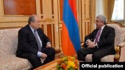 Президент Армении Армен Саргсян (л) и премьер Серж Саргсян