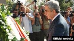 Президент Армении Серж Саргсян посетил воинский пантеон «Ераблур», где возложил венки к памятнику без вести пропавшего солдата. Ереван, 21 сентября 2010 г.