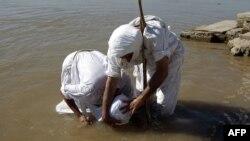 صابئة مندائيون يمارسون طقوسهم على شاطئ نهر دجلة ببغداد