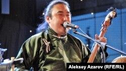Мастер горлового пения из Тывы Радик Тюлюш. Алматы, 7 июня 2014 года.