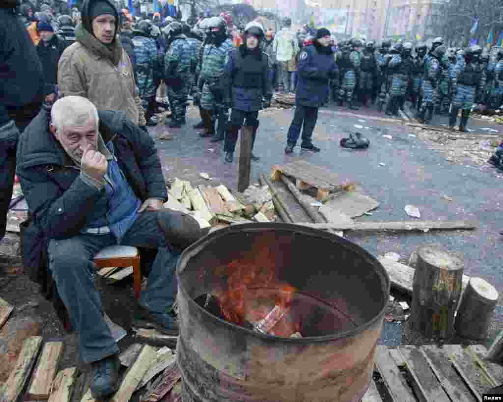 После ночной попытки штурма люди с площади Независимости не уходят
