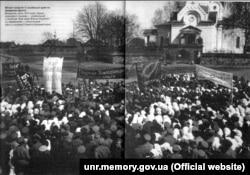 Мітинг солдатів 3-ї російської армії на Західному фронті. Білорусь, осінь 1917 року. Серед транспарантів – український із гаслом: «Хай живе Вільна Україна» та єврейський – «В єдності – сила»