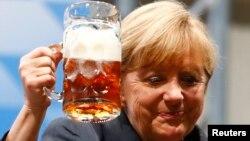 Канцлер Германии Ангела Меркель тоже переплачивала за пиво
